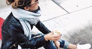 Wintermode: Jeans, Lederjacke, weiße Sneaks, grauer Schal fancytemplestore.com fancytemple